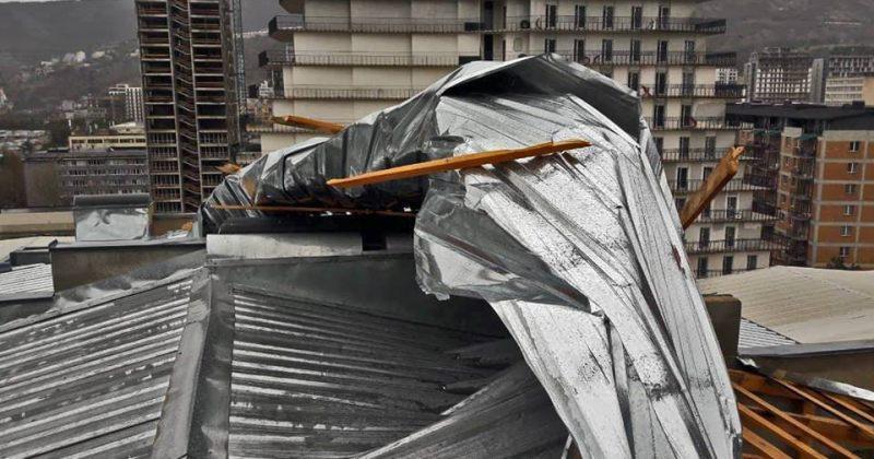 თბილისში, ძლიერი ქარის გამო, დაზიანდა შუქნიშანი,15 შენობის სახურავი,10 ავტომანქანა და 14 ხე