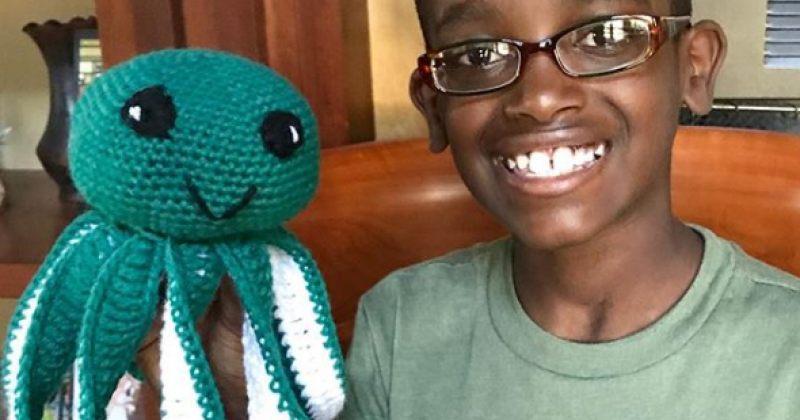 11 წლის ბიჭი თავის ნაქსოვებს ყიდის, მიღებული შემოსავლით კი ეთიოპიელ ბავშვებს ეხმარება