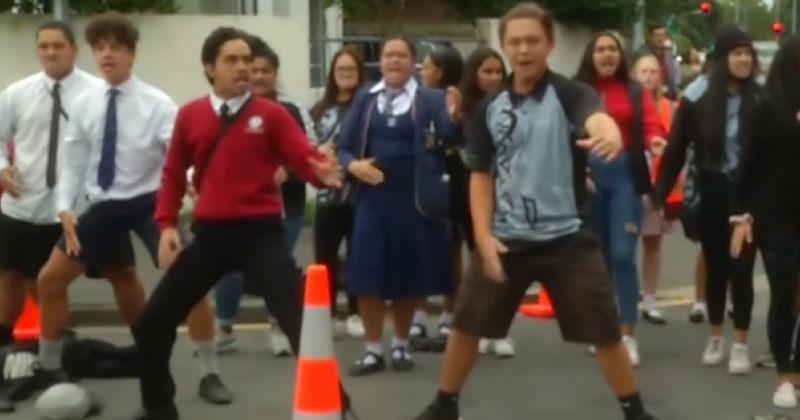 მოსწავლეებმა მოკლული კლასელების პატივსაცემად ჰაკა შეასრულეს - VIDEO