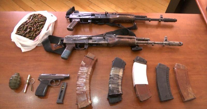 კალაშნიკოვის ავტომატები, ხელყუმბარა, პისტოლეტი და ტყვიები - შსს-მ სამეგრელოში იარაღი ამოიღო