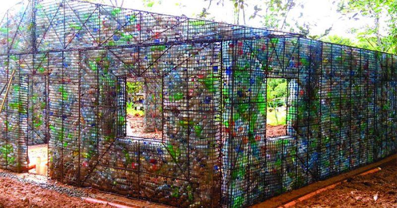 კაცი, რომელიც გამოყენებული პლასტმასის ბოთლებისგან სახლებს აშენებს - ფოტოები