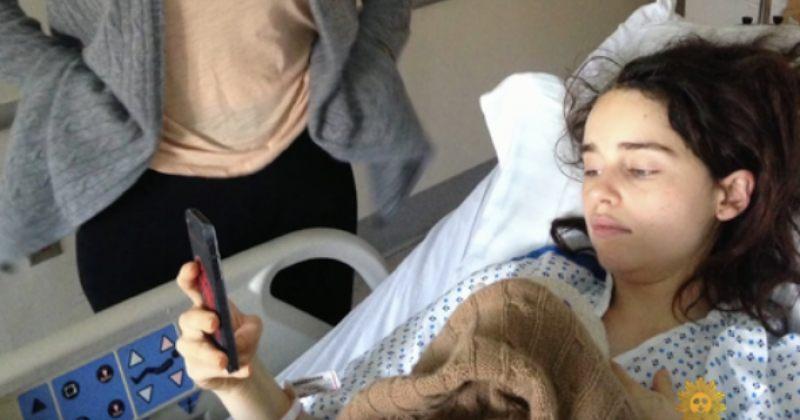 ემილია კლარკმა ანევრიზმაზე მკურნალობისას გადაღებული ფოტოები გამოაქვეყნა