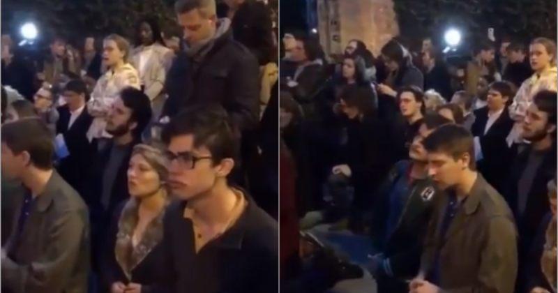 პარიზის ღვთისმშობლის ტაძართან შეკრებილი მოქალაქეები ლოცულობენ და გალობენ - ვიდეო