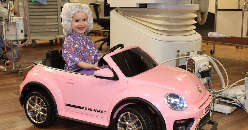 კალიფორნიის კლინიკაში ბავშვები საოპერაციომდე პატარა მანქანებით მიდიან