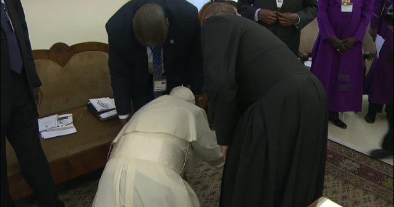 პაპი ფრანცისკე სამხ. სუდანის დაპირისპირებულ ლიდერებს მშვიდობის თხოვნით ფეხზე ემთხვია