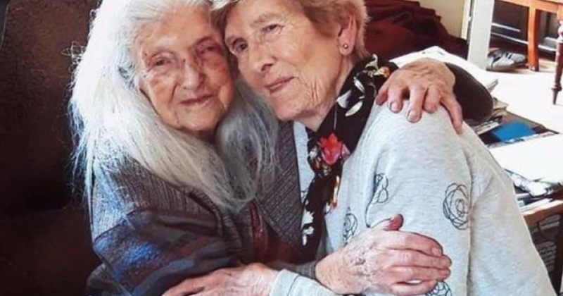 81 წლის ქალი, რომელიც ბიოლოგიურ მშობლებს 19 წლიდან ეძებდა, 103 წლის დედას პირველად შეხვდა