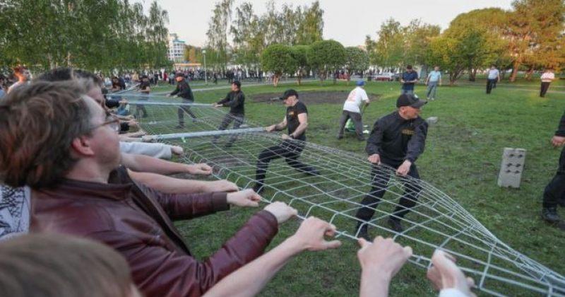 აქტივისტები ეკატერინბუგრში პარკში ეკლესიის მშენებლობას აპროტესტებენ