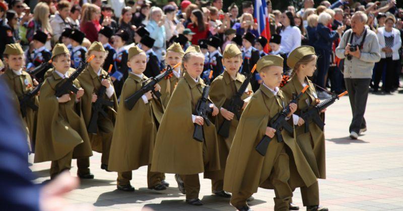 რუსეთში სამხედრო ფორმებში გამოწყობილ ბავშვებს 9 მაისის ღონისძიებაში მიაღებინეს მონაწილეობა