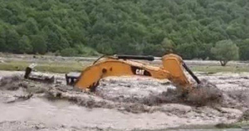 ტრაქტორი, რომელიც პანკისის ხეობაში ჰესის მშენებლობაზე მუშაობდა, ადიდებულმა მდინარემ წაიღო