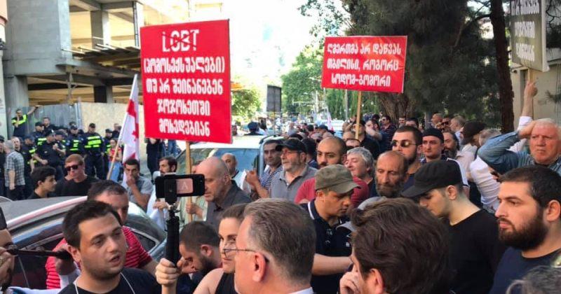 სიძულვილის ჯგუფები, მათი მტკიცებით, Tbilisi Pride-ის ორგანიზატორების ოფისთან არიან [გალერეა]