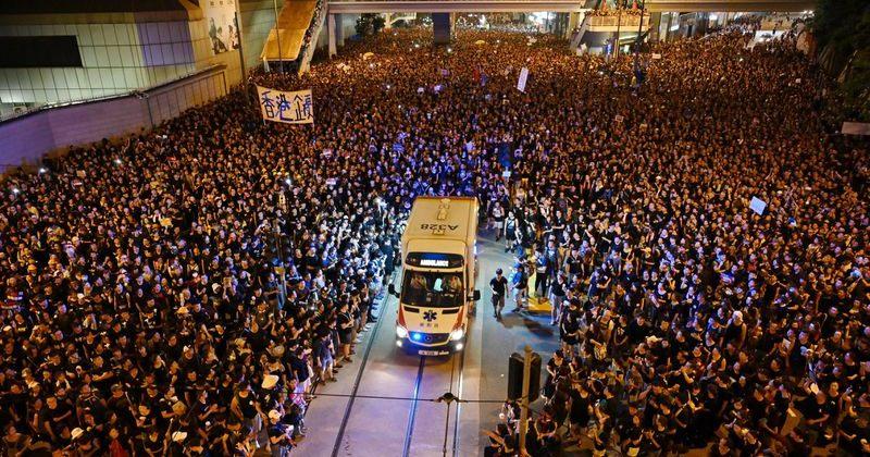 ჰონგ-კონგში მილიონზე მეტი მომიტინგე სასწრაფო დახმარების მანქანას უთმობს გზას [VIDEO]