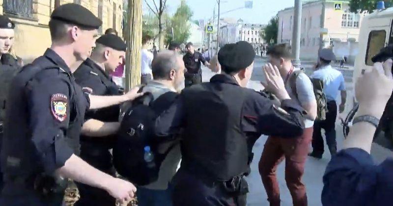 """რუსეთში """"მედუზას"""" ჟურნალისტის გოლუნოვის დაკავება გააპროტესტეს, პოლიცია მომიტინგეებს აკავებს"""
