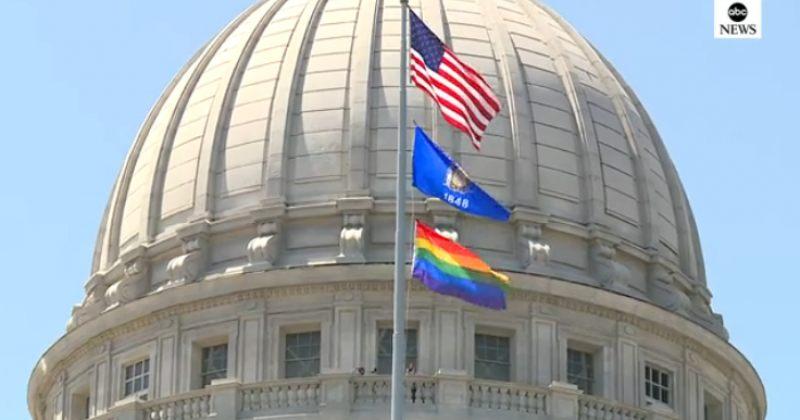დღის ფოტო: ვისკონსინის კაპიტოლიუმის შენობაზე ლგბტ დროშა აღიმართა