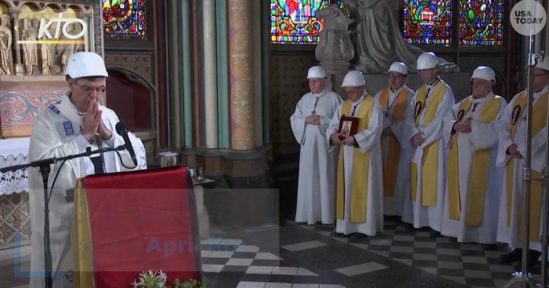 პარიზის ღვთისმშობლის ტაძარში, ხანძრის შემდეგ, პირველი მესა ჩაფხუტებით ჩატარდა
