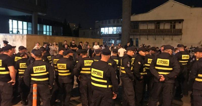 თბილისი პრაიდის მხარდამჭერები მთავრობის ადმინისტრაციის ტერიტორიას ტოვებენ