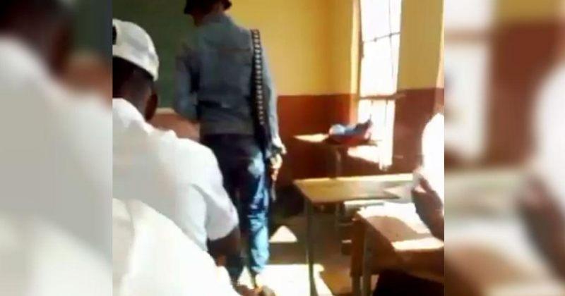 სამხრეთ აფრიკის სკოლაში გამოცდაზე მასწავლებელი მოსწავლეებს იარაღით მეთვალყურეობდა [VIDEO]