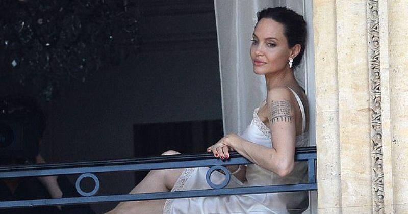 ანჯელინა ჯოლი სასტუმროს ნომრის აივანზე ღამის პერანგით გამოვიდა და ფანებს მიესალმა - ფოტოები