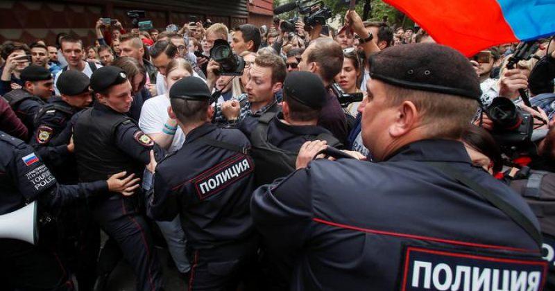 რუსეთის პოლიციამ მოსკოვში საპროტესტო მიტინგის მონაწილეები დააკავა