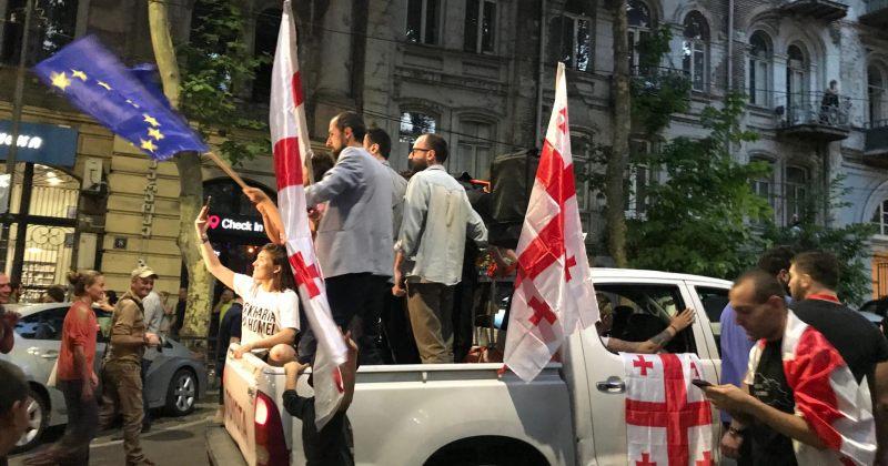 """""""მანქანიდან გამოშვერილი შტატივი პოლიციელს მხარზე მოხვდა"""" - ტაბულას მძღოლის დაკავების საბაბი"""