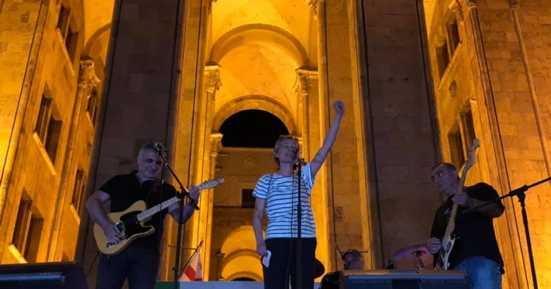 მაკა ჩიჩუამ და უშიშროების საბჭოს ყოფილმა მდივანმა ანტისაოკუპაციო აქციაზე იმღერეს (Video)