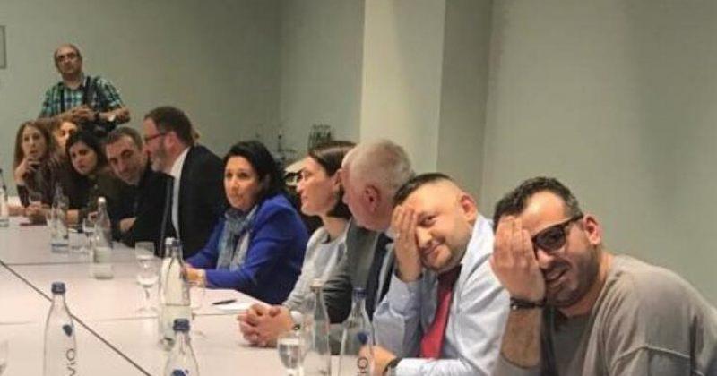 დღის ფოტო: პროტესტი პრეზიდენტთან შეხვედრის დროს
