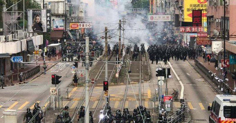 ჰონგ-კონგში ათასობით მშვიდობიანი მომიტინგის აქციას პოლიცია ცრემლსადენი გაზით შლის