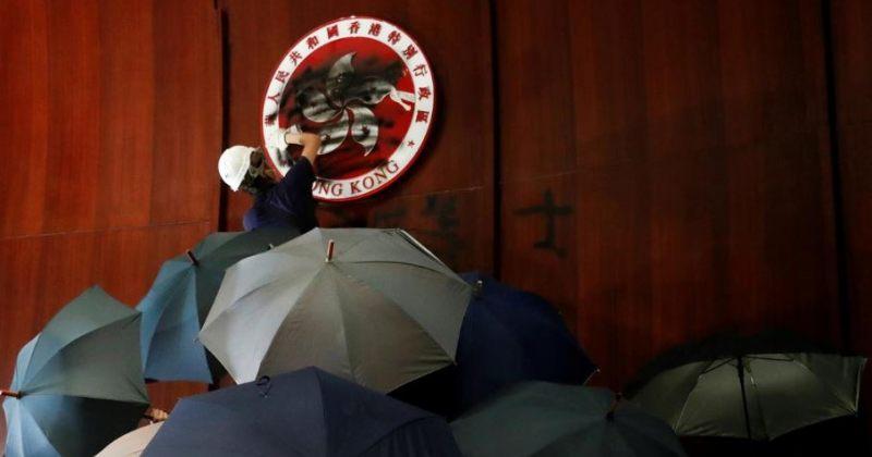 ჰონგ-კონგში საკანონმდებლო შენობაში შეჭრილთა დასაშლელად ცრემლსადენი გაზი გამოიყენეს