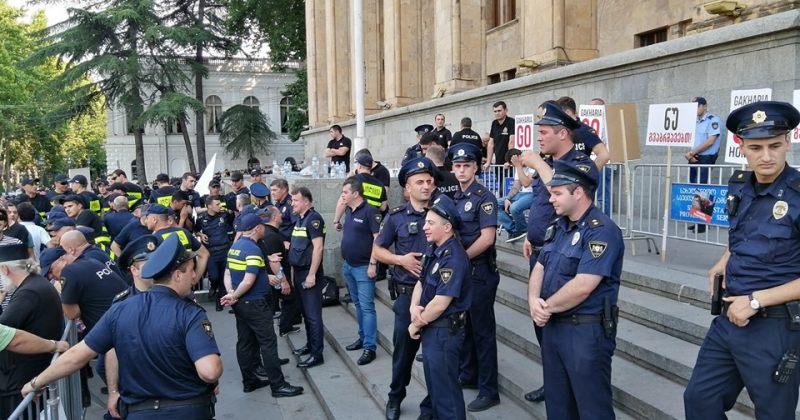 """პოლიცია აქცია """"სირცხვილიას"""" ტერიტორიაზე აპარატურის შეტანის საშუალებას არ აძლევს"""