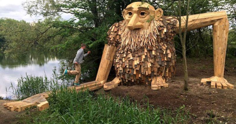 დანიელი არტისტი, რომელიც გადამუშავებული მასალებისგან გიგანტურ ხის სკულპტურებს ქმნის