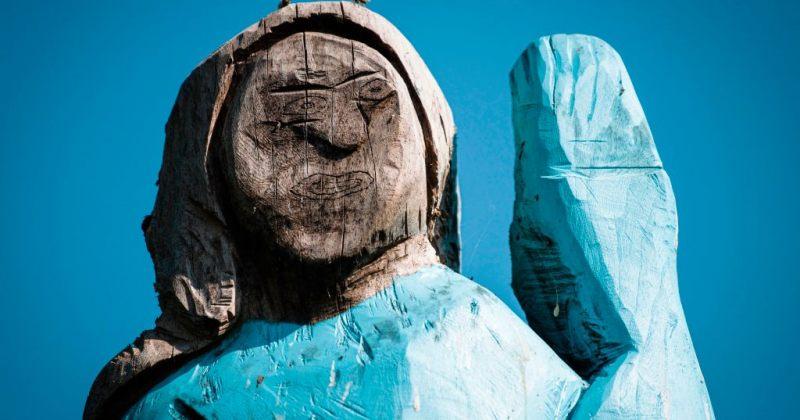 სლოვენიაში მელანია ტრამპის ხისგან გამოთლილი ძეგლი გამოჩნდა [ფოტოები]