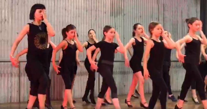 თეა დარჩიამ მოსწავლეებთან ერთად თვალზე ხელაფარებულმა ცეკვა შეასრულა [video]