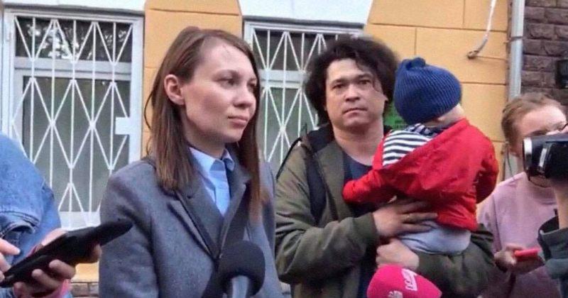 რა ვიცით მოსკოვში აქციაზე გამოჩენილ წყვილზე, ვისთვისაც მშობლის უფლების ჩამორთმევა სურთ?