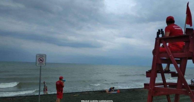 შავი ზღვის სანაპირო ზოლზე შტორმია, მაშველები დამსვენებლებს აფრთხილებენ, წყალში არ ჩავიდნენ