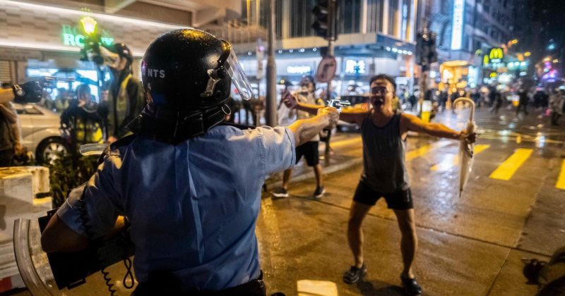 ჰონგ-კონგელმა პოლიციელებმა მომიტინგეებს ცეცხლსასროლი იარაღი დაუმიზნეს [VIDEO]