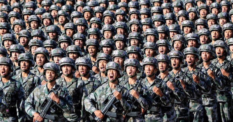 ჰონგ-კონგში ჩინური არმიის პროპაგანდულ პრომო ვიდეოში მომიტინგეებს არბევენ [VIDEO]