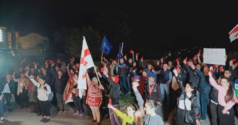 დღის ფოტო: თელავში აქციის მონაწილეებმა ხელისუფლებას წითელი ბარათები აჩვენეს