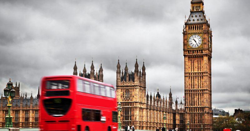 ლონდონის ძველი წითელი ავტობუსები უსახლკაროთა თავშესაფრად გადაკეთდა [ფოტოები]