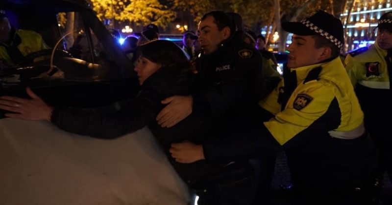 ელენე ხოშტარიამ პოლიციის მანქანას გზა გადაუღობა