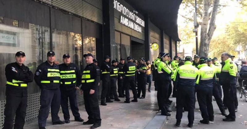AND THEN WE DANCED-ის დაწყებამდე კინოთეატრ ამირანთანპოლიციელები არიან მობილიზებულები