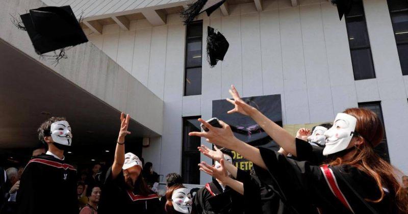 ჰონგ-კონგში ჩინური უნივერსიტეტის კურსდამთავრებულები აქციის მოწოდებებს სკანდირებდნენ