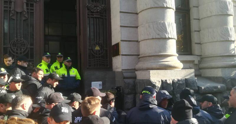 თეა წულუკიანი ეროვნულ ბიბლიოთეკაში პოლიციის კორდონის გავლით შევიდა