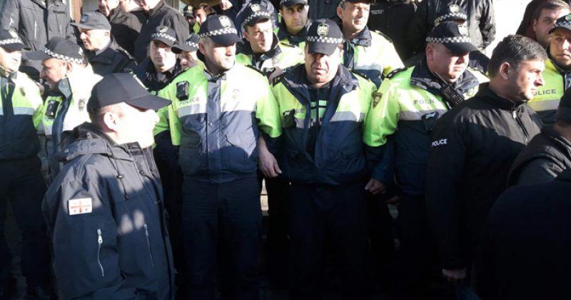 """""""გადაგვიარეს"""" - პოლიციამ აქტივისტებს თალაკვაძის ბიუროზე ბოქლომის დადების საშუალება არ მისცა"""