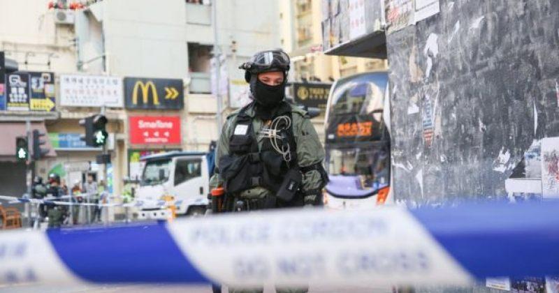 ჰონგ-კონგში პოლიციელმა მომიტინგეებს ცეცხლსასროლი იარაღიდან ესროლა
