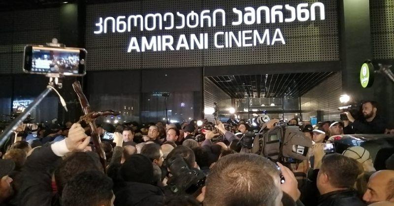 """""""ამირანში"""" სეანსი დაიწყო, სამართალდამცველები შენობაში ნელნელა მაყურებლებს უშვებენ"""