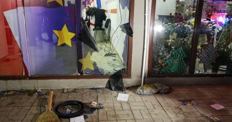 ზუგდიდში ქართული ოცნების აქტივისტებმა ენმ-ის ოფისის მინები ჩალეწეს (ფოტოები)