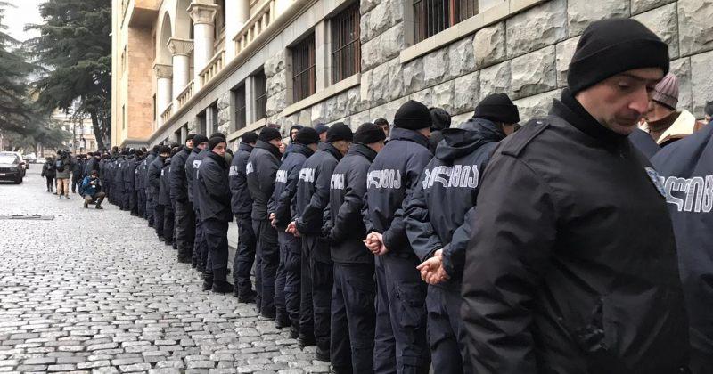 პოლიციამ აქციის მონაწილეები ძალის გამოყენებით გადაიყვანა ტროტუარზე