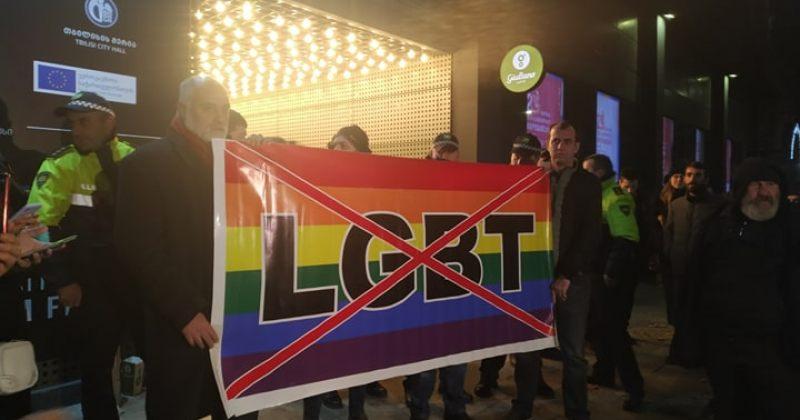 პროპუტინური, ჰომოფობიური ჯგუფები ამირანთან LGBTQ+ ფილმების ჩვენებას აპროტესტებენ