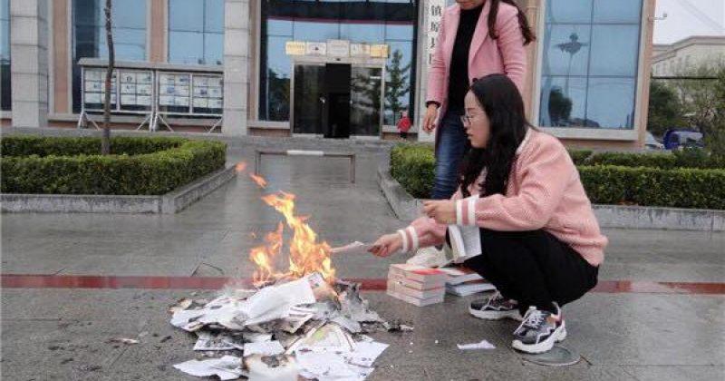 ჩინეთის ბიბლიოთეკაში პარტიის კომუნისტური იდეოლოგიის საწინააღმდეგო წიგნები დაწვეს