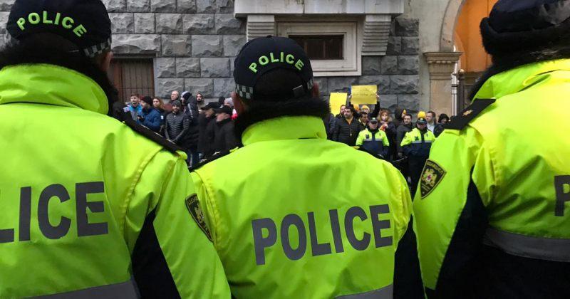 პარლამენტთან აქციაზე პოლიცია ჟურნალისტებს მუშაობაში ხელს უშლის