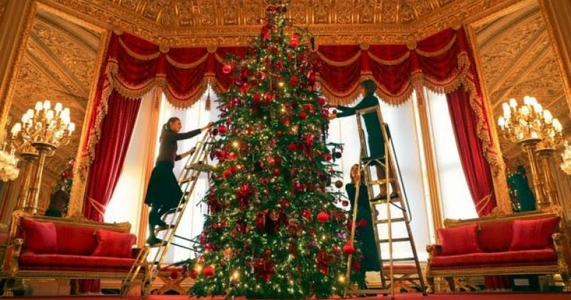 ბრიტანეთის დედოფლის უინძორის სასახლეში ნაძვის ხე მორთეს - ფოტოები